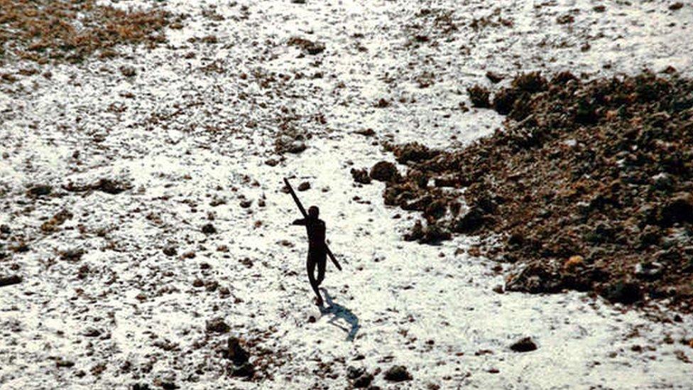 Foto de un miembro de una tribu en Andamán