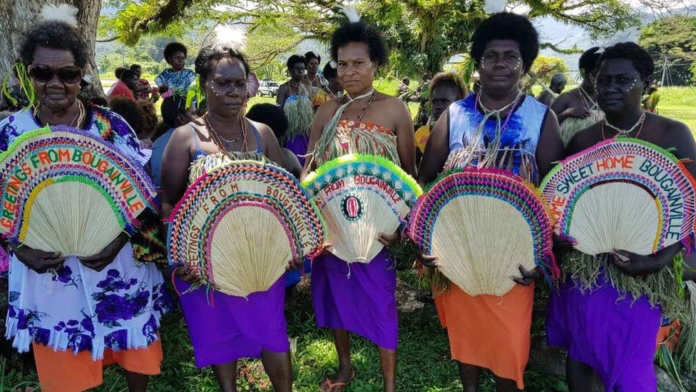 mujeres de bougainville en ceremonia de reconciliación