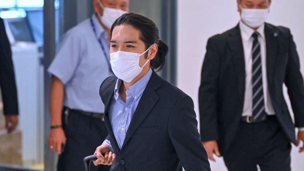 Kei Komuro en el aeropuerto de Narita