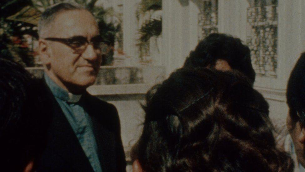 Imagen antigua de monseñor Romero.