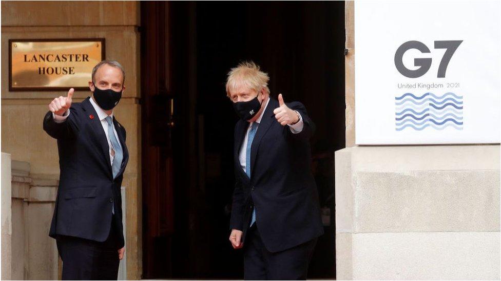 英國外相拉布(左)和首相約翰遜(右)。