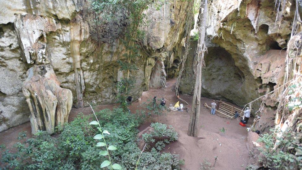 Un panorama general de la cueva Panga ya Saidi. Notar la trinchera excavada donde se descubrió el entierro. (Derechos reservados Mohammad Javad Shoaee)