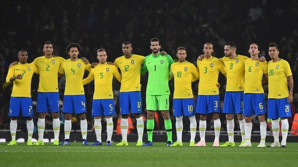 Los jugadores de Brasil observan un minuto de silencio en honor a Aldyr García Schlee antes de su amistoso contra Uruguay en Londres , 16 noviembre de 2018