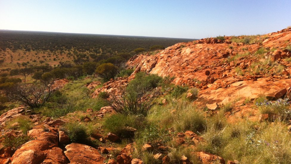Pogled na krater sa stene Barlangi, sa ispustom u centru
