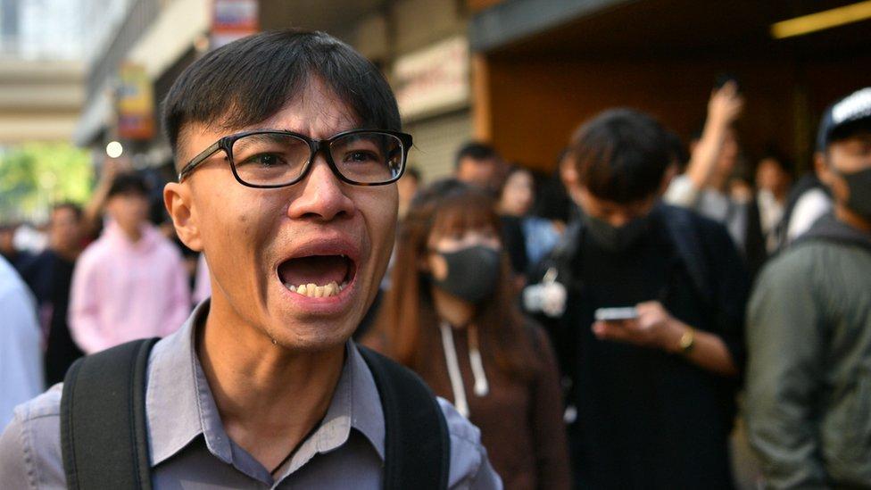 香港西灣河地鐵站外一名群眾激動落淚(11/11/2019)