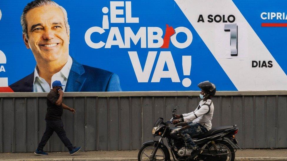 Un cartel de campaña con Luis Abinader.