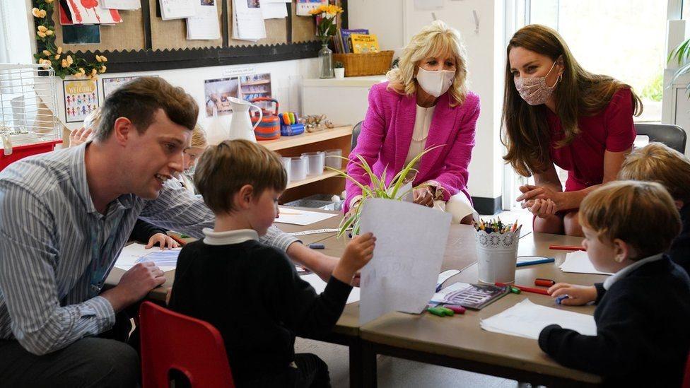 دوقة كامبريدج سيدة أمريكا الأولى أثناء زيارتهما لإحدى المدارس في كورنوال