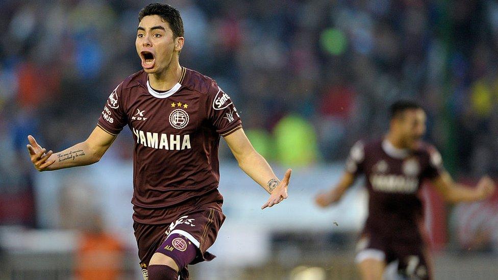 Miguel Almirón celebra un gol con Lanús