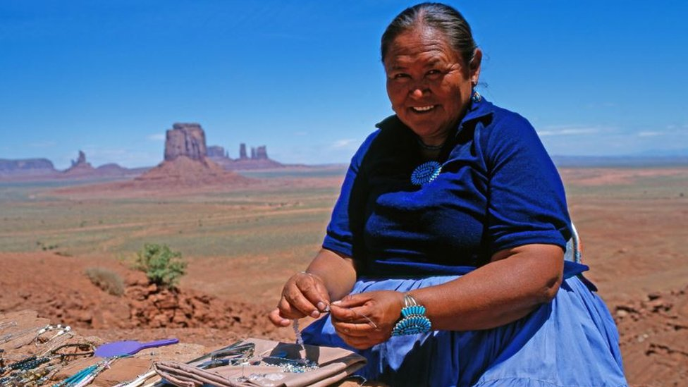 Mujer navajo fabricando artesanías.