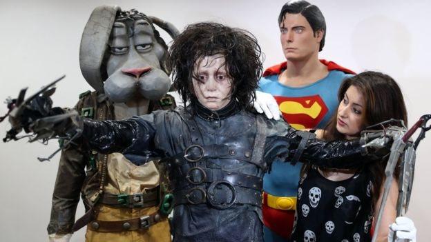 Kostum Johnny Depp di Edward Scissorhands dan pakaian Superman yang dikenakan Christopher Reeve juga akan dilelang.