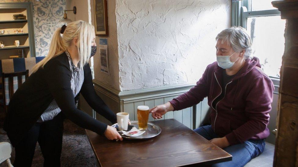 pubda oturan müşteri