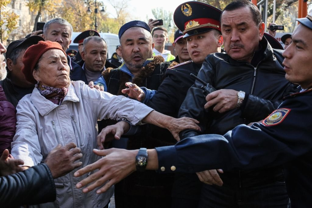"""一些哈薩克斯坦抗議者在去年舉辦抗議集會,抗議中國的""""經濟擴張""""。"""