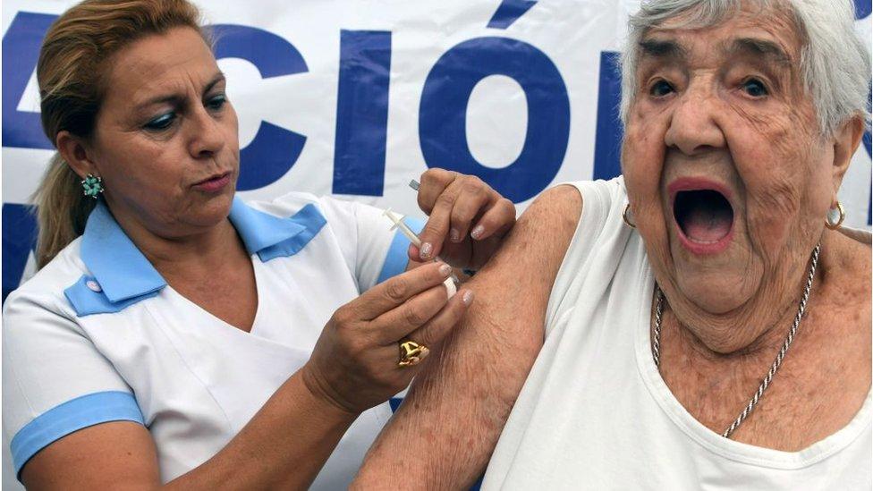 Mujer se vacuna contra la gripe H1N1