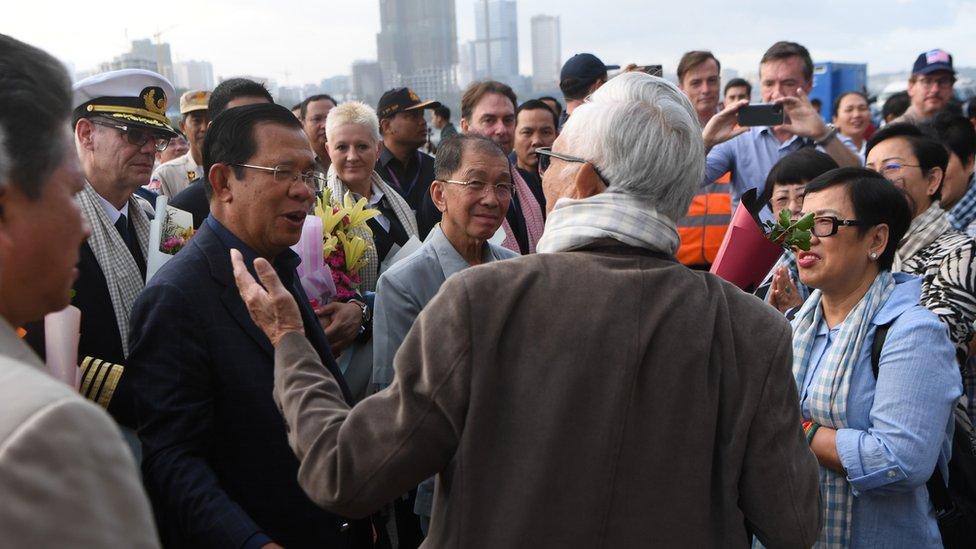 柬埔寨首相洪森親自登船表示歡迎