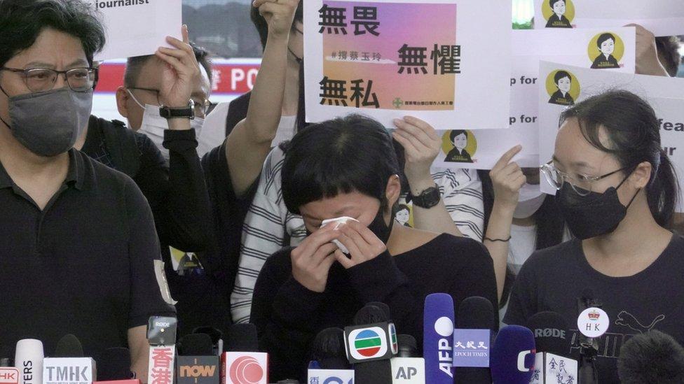 蔡玉玲(中)在西九龍裁判法院外會見記者同業時用紙巾擦眼淚(22/4/2021)