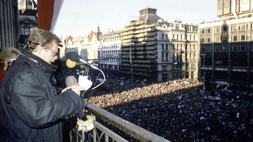 Vaclav Havel, el mentor de la Revolución de Terciopelo, se dirige a los manifestantes pro democracia en Praga, en diciembre de 1989.