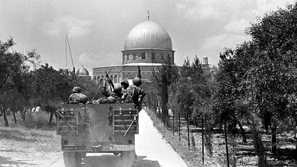 جنود إسرائيليون يقتربون من قبة الصخرة بالمسجد الأقصى.