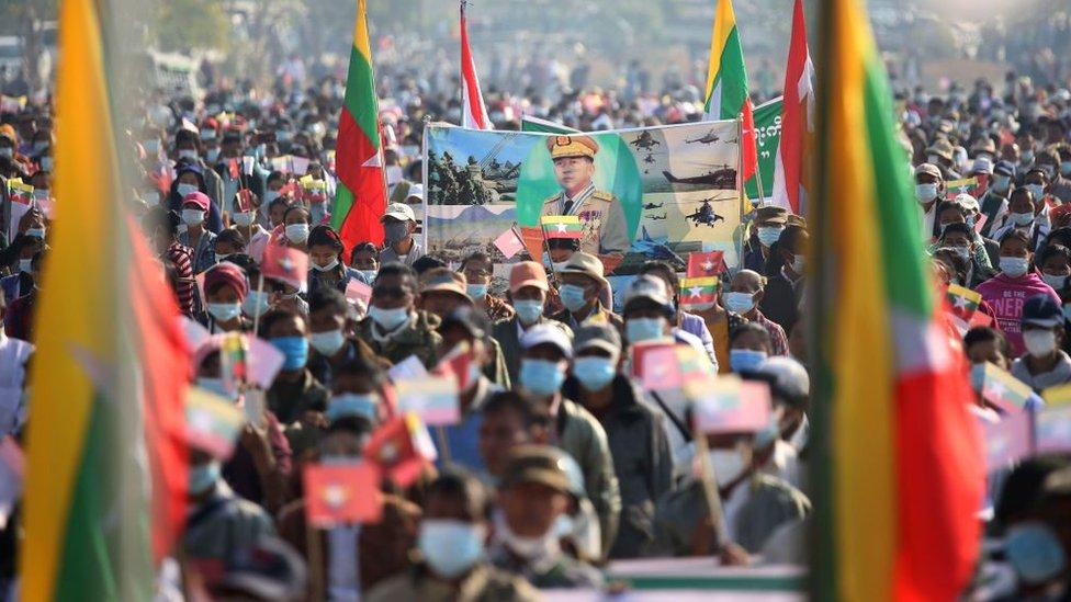 مسيرة لدعم النظام العسكري في عاصمة ميانمار، ناي بي تاو، عقب الانقلاب العسكري في 1 فبراير/شباط 2021