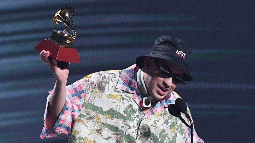 Bad Bunny con su Grammy a mejor álbum de música urbana en Las Vegas, 14 de noviembre de 2019