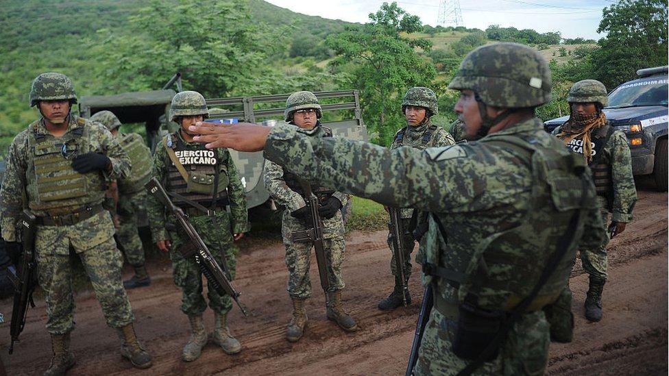 Militares en un patrullaje