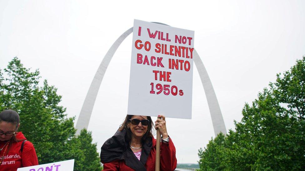 Missouri eyaletindeki St. Louis şehrinden bir pankart: 'Ses çıkarmadan 1950'lere dönmeyeceğim'