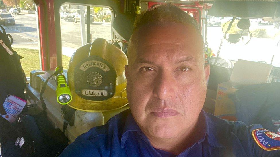 Humberto Agurcia dentro de un camión de bomberos del departamento de Los Ángeles.