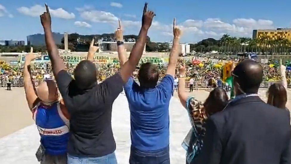 Jair Bolsonaro e apoiadores durante manifestação