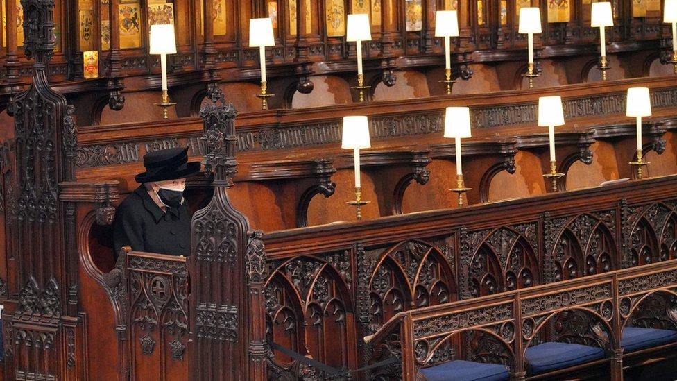 由於新冠防疫規定,女王在葬禮上獨自就座。