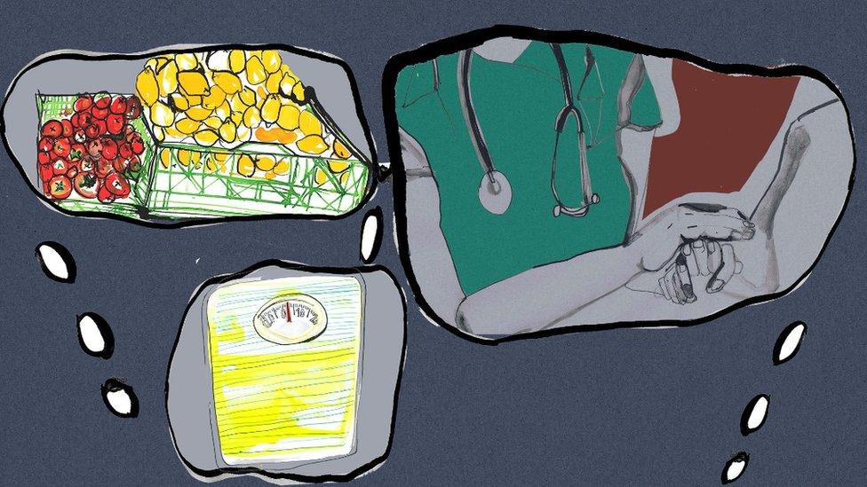 Ilustración de distintos pensamientos sobre el doctor, la compra y una balanza