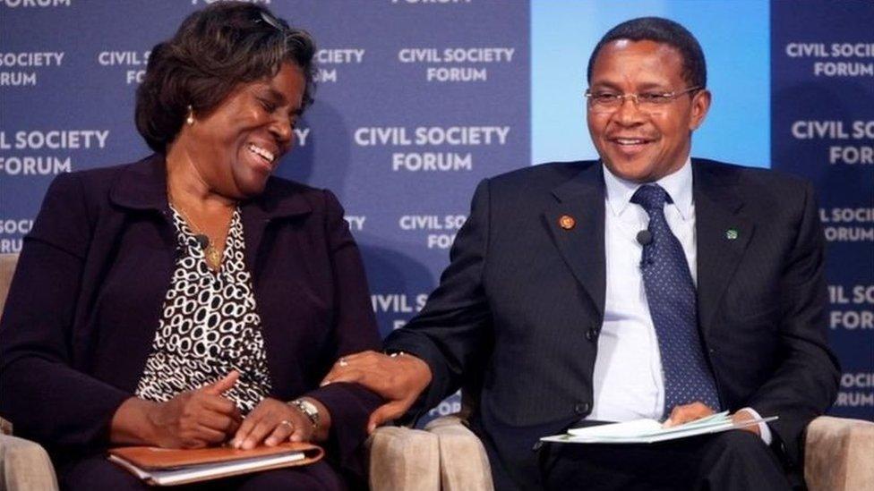 السفيرة الأمريكية توماس غريفيلد مع الرئيس التنزاني السابق
