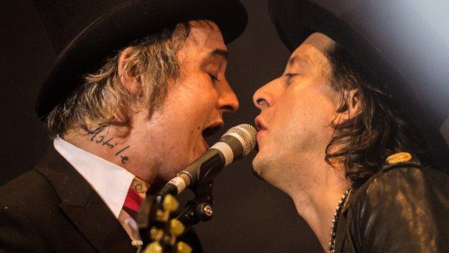 Pete Doherty and Carl Barat sing