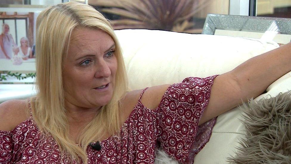 لينزي برومفيلد خضعت لجراحة لزراعة الثدي عام 2005 لكنها أصيبت لاحقا بسرطان لمفومة الخلايا الكبيرة المتحولة