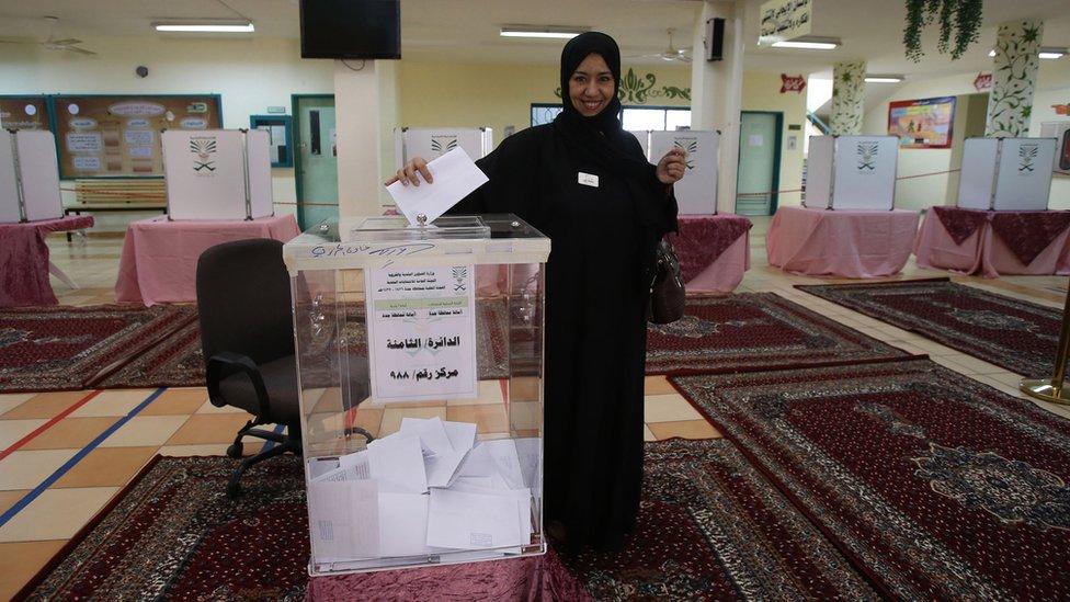 Kadınlar iki yıl önce yerel seçimlerde ilk kez oy verebildi.