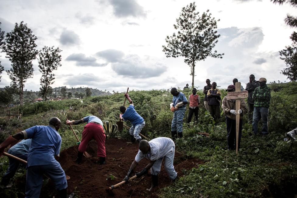 Burying the dead in Butembo