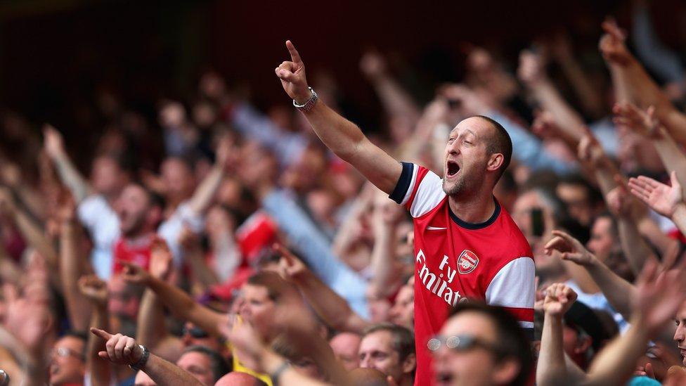 Aficionados en el estadio Emirates.