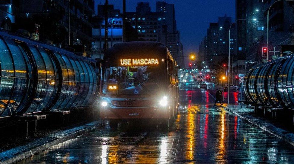Ônibus com sinal em que lê use máscara em Curitiba