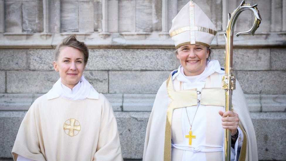 Hedvig Astrom junto a la obispa Karin Johannesson