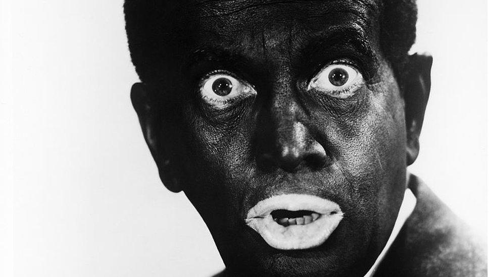 """El cantante y actor estadounidense Al Jolson (1896 - 1950) usando """"blackface"""" en la década de 1930."""
