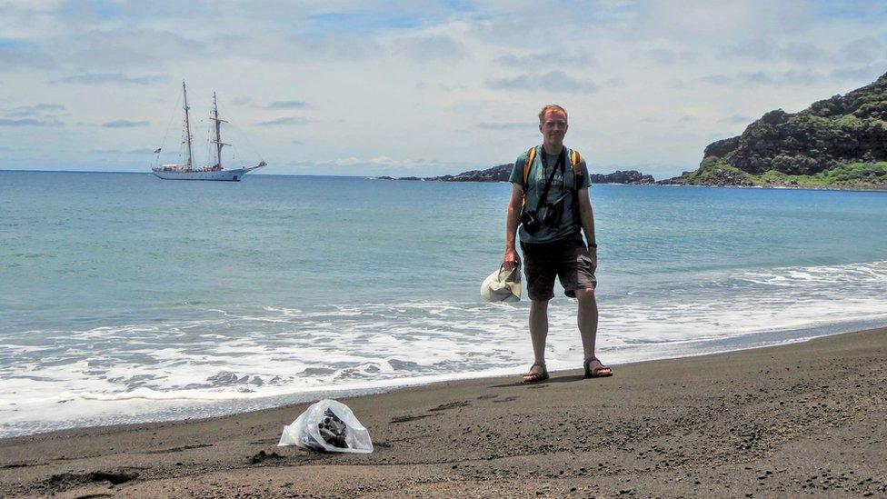 Dan Slayback en la nueva isla en el Pacífico