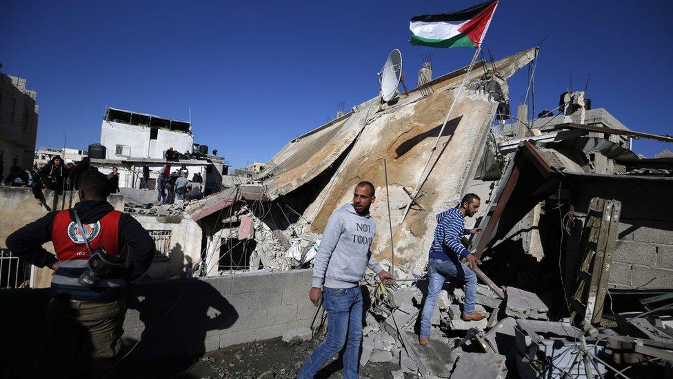 هدم منزل فلسطيني في مخيم الأمعري