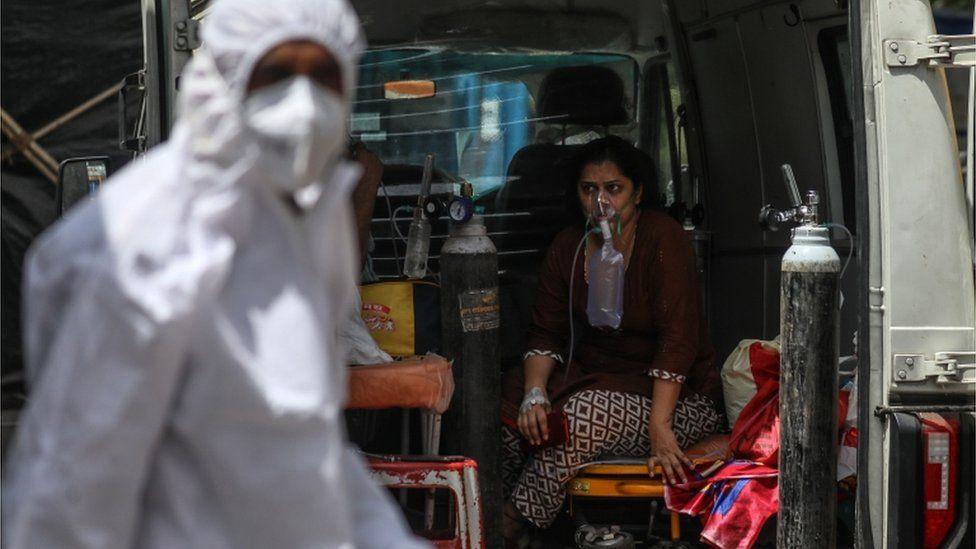 Mujer conectada a una bomba de oxígeno