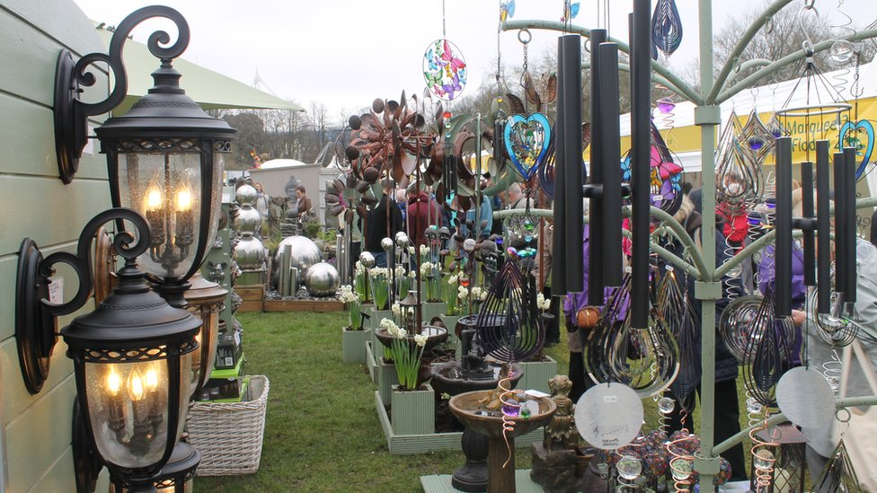 Mae digon o syniadau ar gyfer gwella'r ardd heb son am y planhigion // As well as the plants, there's plenty of ideas here to improve that garden