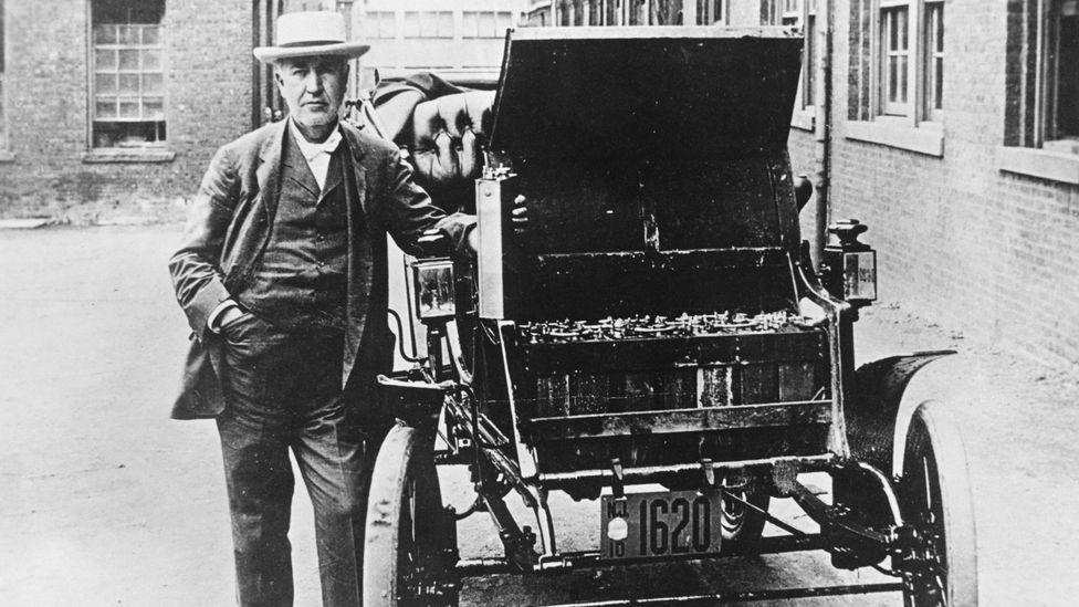 Thomas Edison ao lado do seu carro elétrico