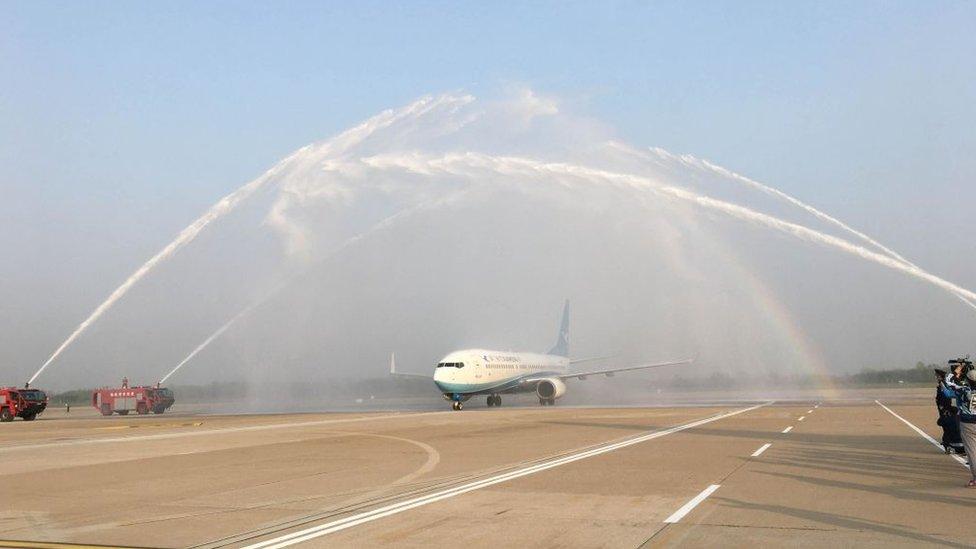 Seyahat yasağının kalkmasının ardından Vuhan yakınlarındaki Tianhe Uluslararası Havalimanı'na inen ilk uçak Şiamen Havayolları'nın MF8095 sefer sayılı uçuşu oldu. Uçak kutlama olarak hortumlardan sıkılan suyla karşılandı.