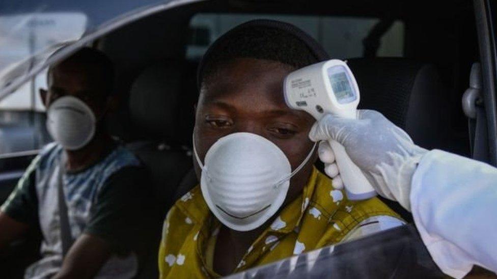 pemeriksaan suhu di Afrika