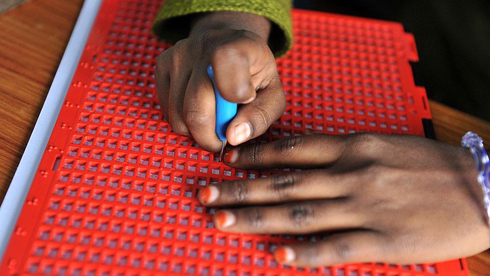 una niña india escribe en braille