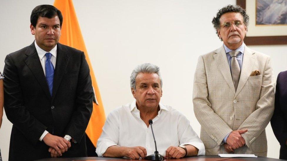 Lenín Moreno, junto a César Litardo (izquierda), presidente de la Asamblea Nacional, y a Pablo Celi (derecha), defensor del Pueblo.