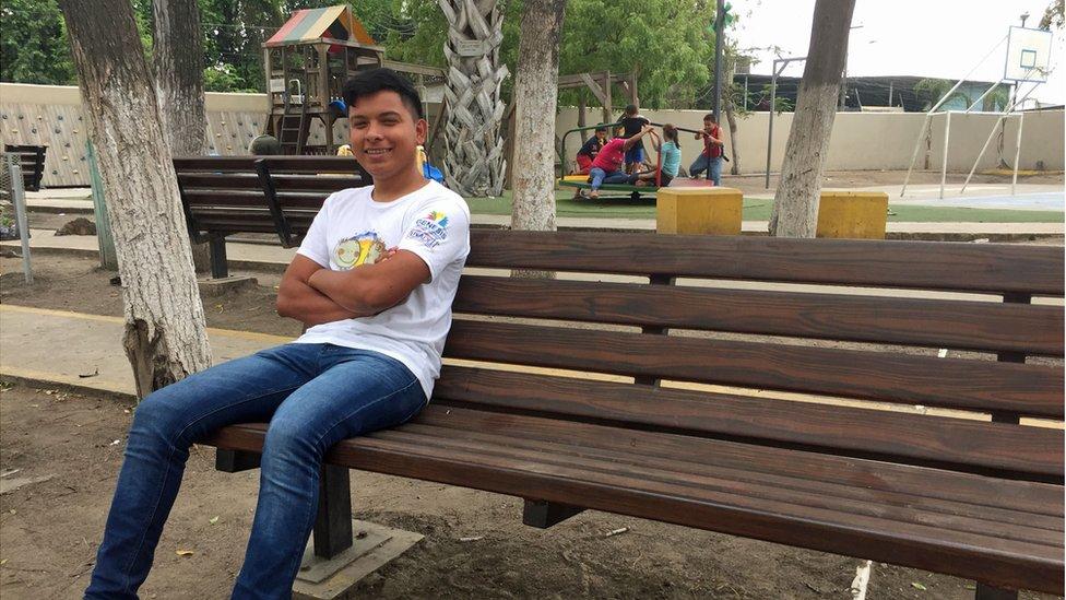 Kevin Lago en el parque central de Rivera Hernández