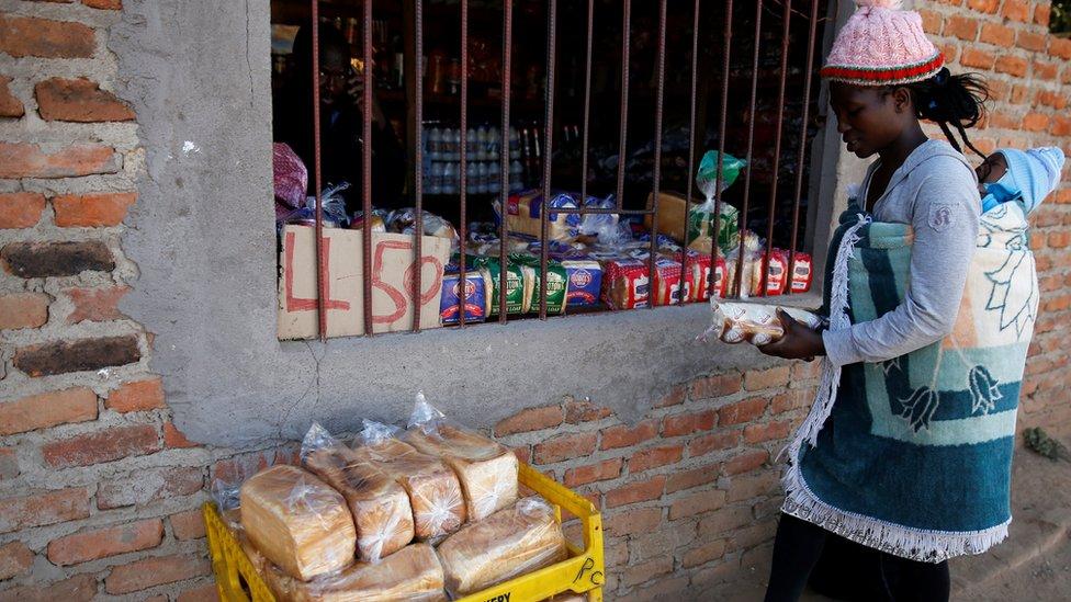Warga membeli kebutuhan pokok di Chitungwiza