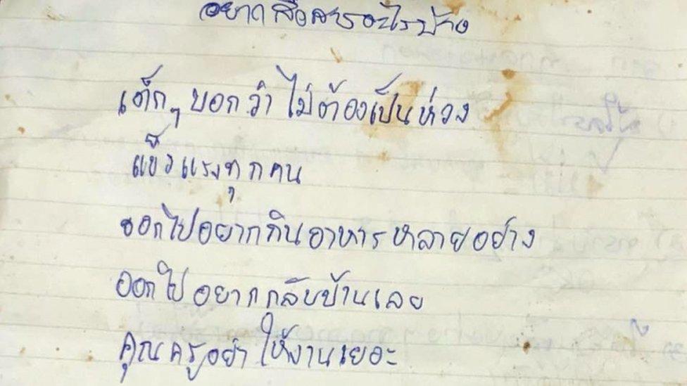 Una nota escrita en tailandés.